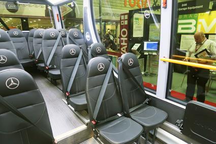 …som ger en mycket luftig interiör. Bussen har hlöga ryggstöd, rullstolsplats och rullstolsramp. Foto: Ulo Maasing.