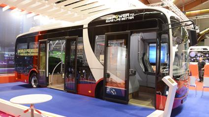 Kinesiska BYD premiärvisade en ny, elektrisk midibuss som man redan sålt i 21 exemplar till Transdevs holländska dotterbolag Connexxion. Foto: Ulo Maasing.