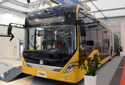 En elektrisk ledbuss från CRRC som är stor på fordon för spårtrafik men även tillverkar bussar. Foto: Ulo Maasing.