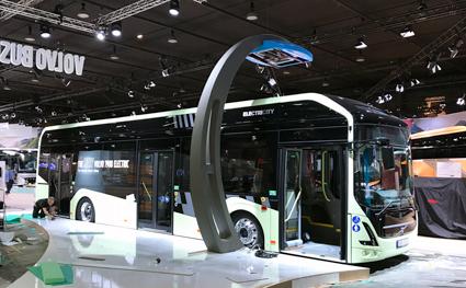Ulv i fårakläder? Nya Volvo 7900 Electric ser ut som de elhybridbussar som rullar på linje 55 i Göteborg – men under ytan är mycket nytt. bussen är byggd för såväl depåladdning som snabbladdning längs linjen. Foto: Ulo Maasing.