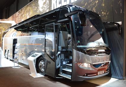 """Inte riktigt som andra Volvobussar utan en hyllning till Busworld i Kortrijk. Volvo Bussar har tagit fram specialdesignad version av sina turistbussar 9900 och 9700 till årets mässa, """"Kortrijk Edition"""". Bara tio enheter kommer att finnas till försäljning. Bussarna präglas bland annat av särskilda designdetaljer, specialutformad stolsklädsel, läöderklädda instegshandtag med mera. """"Efter 45 år anordnas Busworld i Kortrijk för sista gången 2017. Vi vill uppmärksamma tillfället och den stora betydelse mässan haft som mötesplats genom att erbjuda våra kunder något alldeles extra"""", säger Stefan Guttman, VP Sales Development Europa på Volvo Bussar. Nästa Busworld, 2019, arrangeras i Bryssel. Foto: Ulo Maasing."""