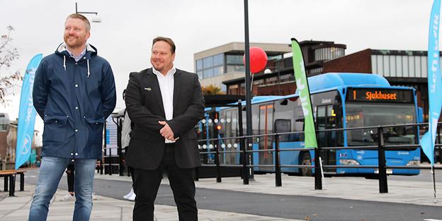 Med vid invigningen av den nya stadsbussterminalen i Skövde var André Sellén, trafikchef Nobina Skaraborg samt Västtrafiks styrelseordförande Lars Holmin(M). Foto: Nobina.