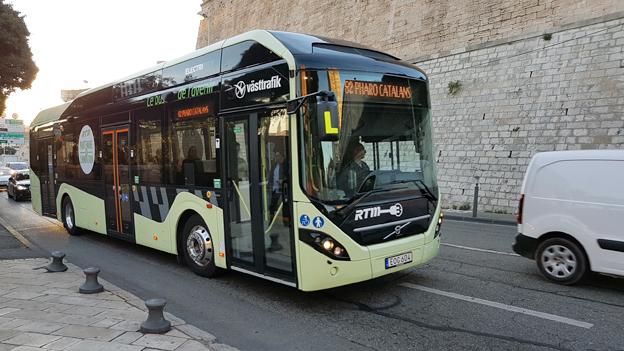 Har Västtrafik börjat köra i Marseilles, Frankrike? Nej, det är Volvo som visar sin elhybridbuss. Foto: Volvo Bussar.