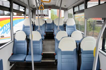 …en rymlig och luftig interiör med plats för 2+2 stolar i bredd och en eller två rullstolsplatser på låggolvsdelen. Foto: Ulo MAasing,.