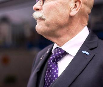Nettbuss Bus4You stöder mustaschkampanjen mot prostatacancer. Foto: Amanda Liljevall.