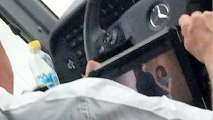 Föraren ser på porrfilm medan han kör en buss med ungdomar. Foto: Ur polisens förundersökning.