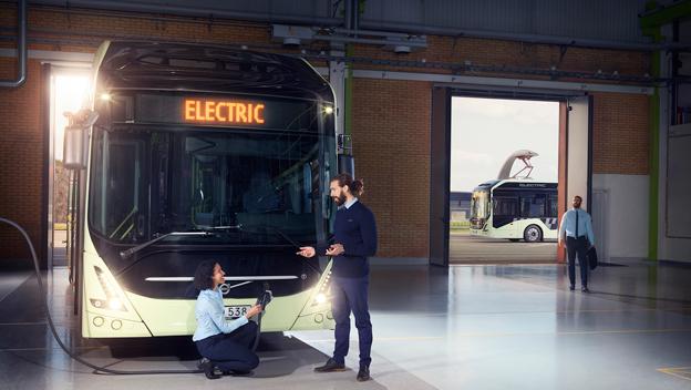 Volvos nya version av elbussen 7900 Electric kan både depåladdas och snabbladdas på linjen. Räckvidden ökar dramatiskt. Volvo tar därmed på allvar upp konkurrensen med de tilverkare som satsat på depåladdade bussar. Foto: Volvo Bussar.