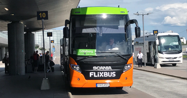 En av FlixBus expressbussar vid Arlandas terminal 5. Foto: Ulo Maasing.