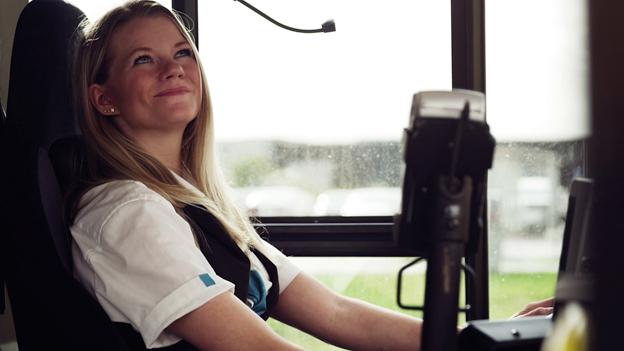 Hallandstrafiken lyfter fram sina bussförare i en ny reklamfilm. Foto: Hallandstrafiken.