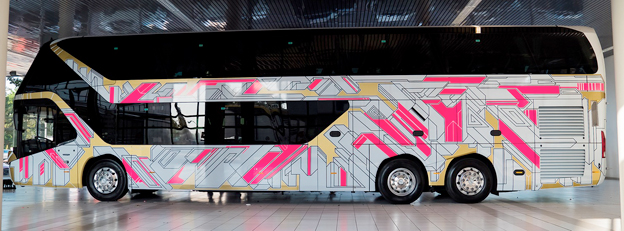 Tre kilometer tejp gjorde en Neoplan Skyliner till ett rullande konstverk. Bild: MAN Truck & Bus.