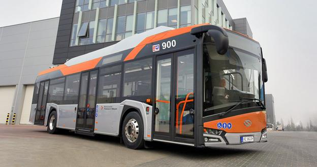 Allt fler städer i EU satsar på elbussar i stadstrafiken. Busstillverkaren Solaris fick nyligen en order på bland annat tio elbussar till den polska staden Rzeszów. Bussarna snabbladdas med en pantograf som vid ändhållplatsen sänks ner från en laddstation. Foto: Solaris.